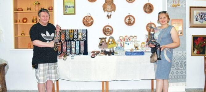 В Росском отделении районного Центра ремесел открылась выставка супругов Игоря и Наталии Фоминых